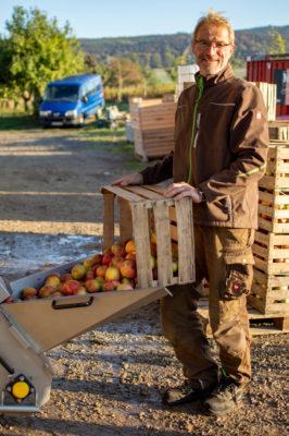 Thomas Schäferkordt gibt Äpfel in die Mosterei